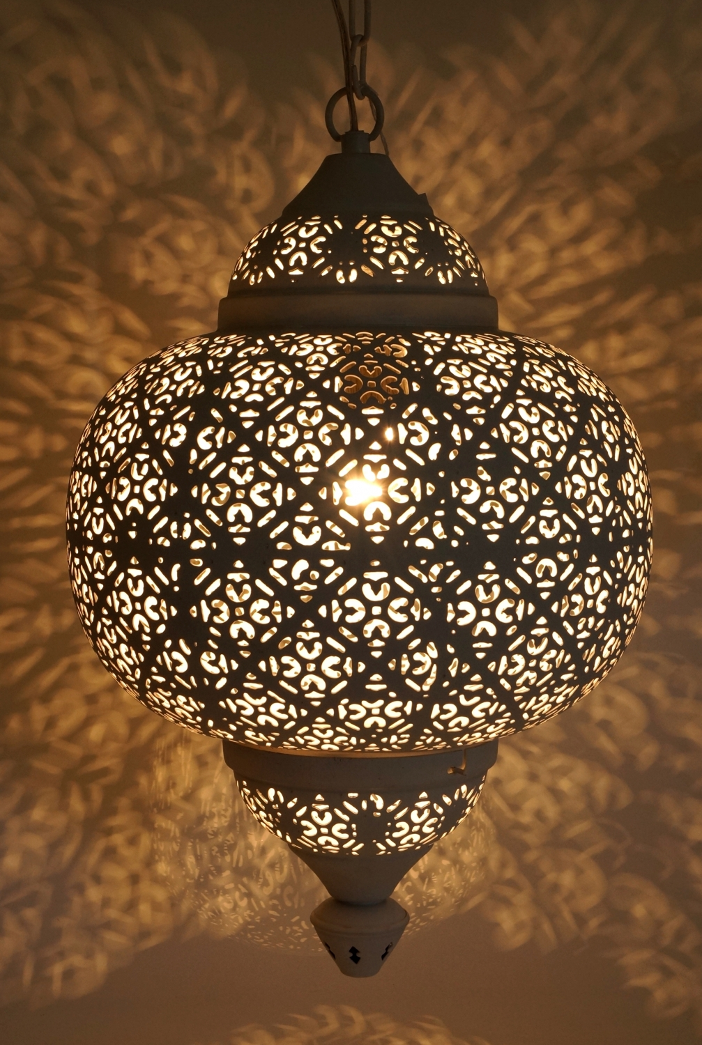 Wei e metall deckenleuchte in marrokanischem design for Orientalische metall lampen