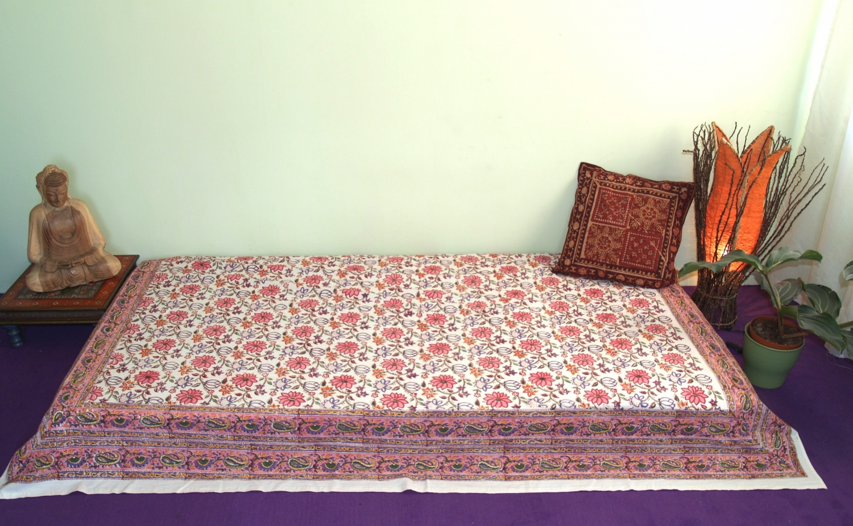 blockdruck tagesdecke bett sofa berwurf handgearbeiteter wandbehang wandtuch rosa bunt blumen. Black Bedroom Furniture Sets. Home Design Ideas
