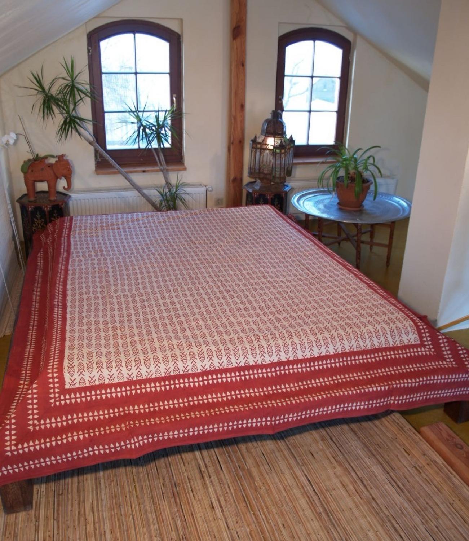 blockdruck tagesdecke bett sofa berwurf handgearbeiteter wandbehang wandtuch rot cream fische. Black Bedroom Furniture Sets. Home Design Ideas